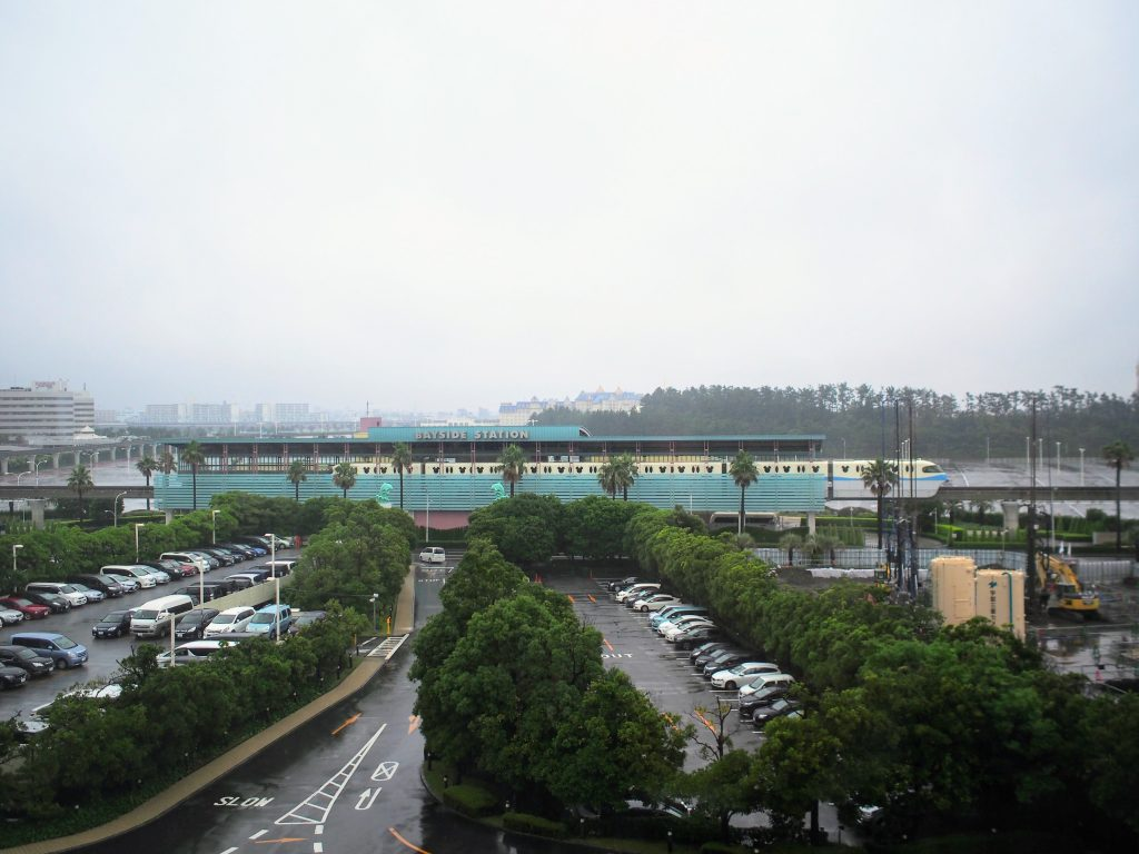 ホテルオークラ東京ベイの客室から望むベイサイドステーション正面